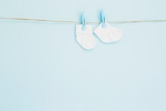 Minuscoli calzini da ragazzo sul blu