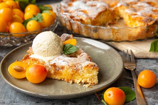 Mirabelle di prugne gialle. plum cake con una pallina di gelato alla vaniglia. stagione estiva della frutta.