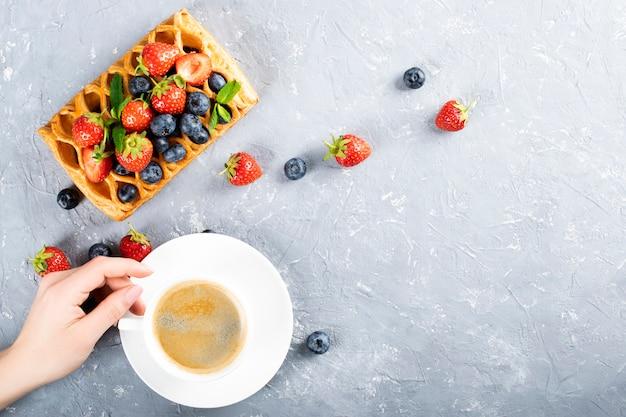 Mirtilli blu. foglie di menta. frutta fresca per una dieta sana
