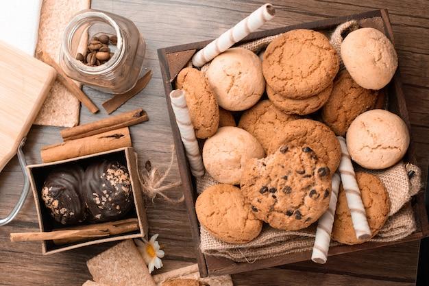Miscela di biscotti di farina d'avena e cioccolato. vista dall'alto