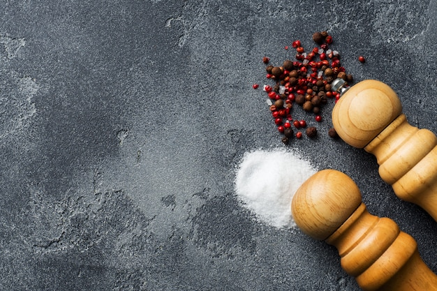 Miscela di sale e pepe su un tavolo scuro con una copia dello spazio.