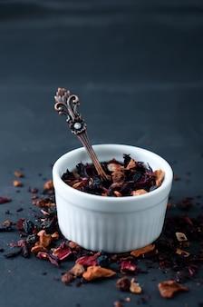 Miscela di tè alle erbe con frutti di bosco e petali