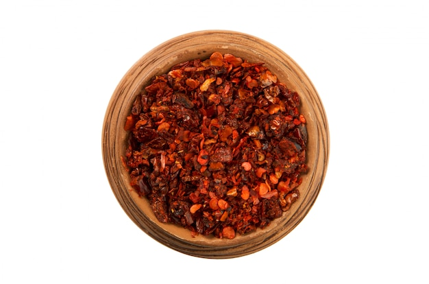 Miscele di peperoni in una tazza lucida isolato su uno sfondo bianco
