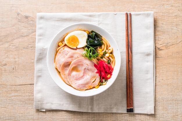 Miso piccante udon ramen noodle con carne di maiale