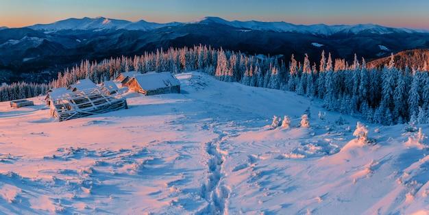 Misterioso paesaggio invernale maestose montagne