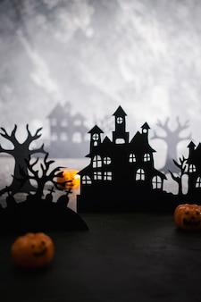 Misterioso paesaggio notturno con sagome di case e cimitero modello per il design con spazio per il testo.