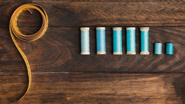 Misura del nastro da cucire con bobine di filo