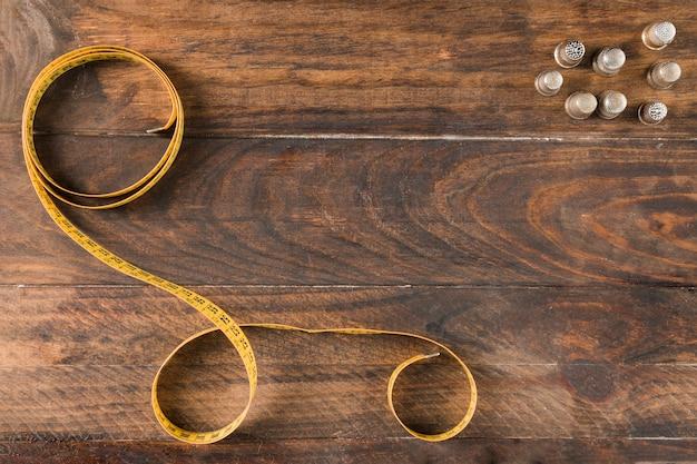 Misura di nastro da cucito con ditale