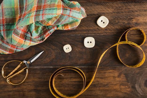 Misura di nastro da cucito con le forbici