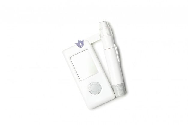 Misuratore di glicemia isolato su sfondo bianco