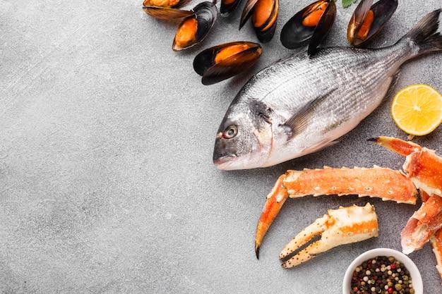 Mix copia-spazio di deliziosi frutti di mare