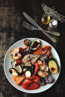 Mix di frutta e verdura al forno. pranzo vegano