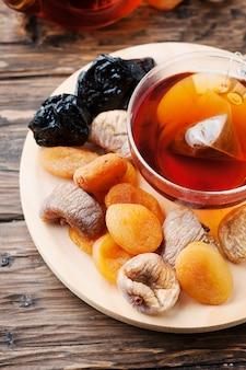 Mix di frutta secca con una tazza di tè nero