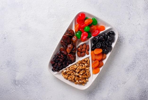 Mix di frutta secca e noci nel piatto