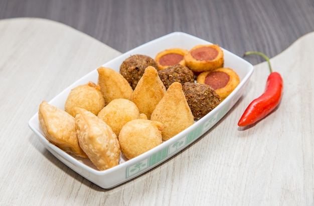 Mix di mini snack fritti brasiliani