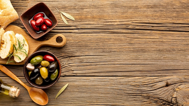 Mix di olive in ciotole e pane con spazio di copia
