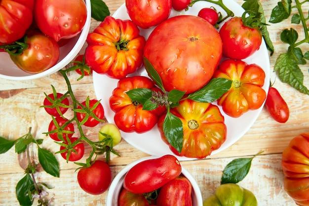 Mix di pomodori sullo sfondo.