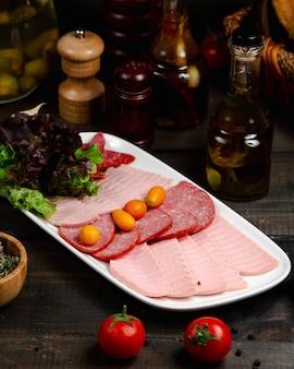 Mix di salsicce servito con basilico