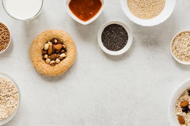 Mix di semi di noci e pretzel con spazio di copia