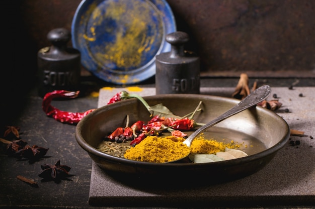 Mix di spezie su un piatto