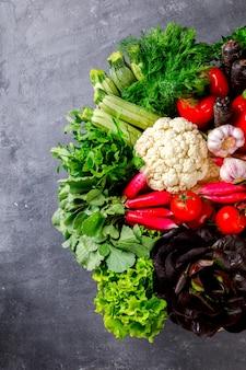 Mix di verdure fresche e verdi nel carrello