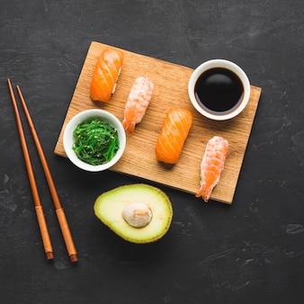 Mix di vista dall'alto di placcatura sushi
