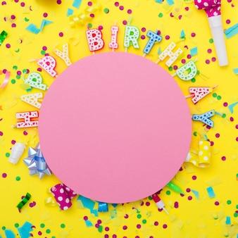 Mix festoso di articoli per feste con candele