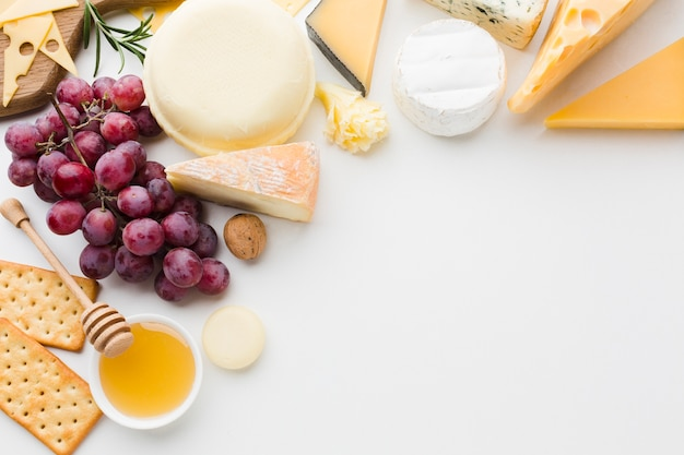 Mix piatto laici di formaggio gourmet e uva con spazio di copia