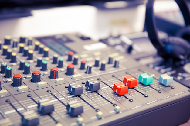 Mixer audio e attrezzature relative alla sala riunioni