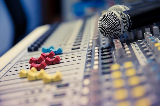 Mixer audio e attrezzature relative alla sala riunioni.