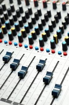 Mixer del suono. messa a fuoco selettiva
