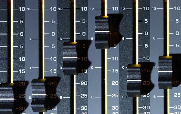 Mixer digitale in uno studio di registrazione, primo piano. il concetto di creatività e spettacolo. spazio per il testo.