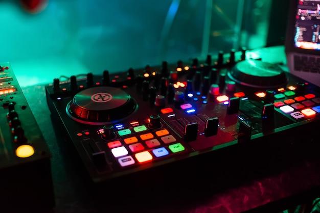 Mixer professionale board dj per mixare e mixare musica da club alla festa con pulsanti e livelli di volume