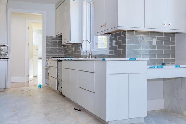 Mobili da cucina su misura in varie fasi di installazione per isola nel centro