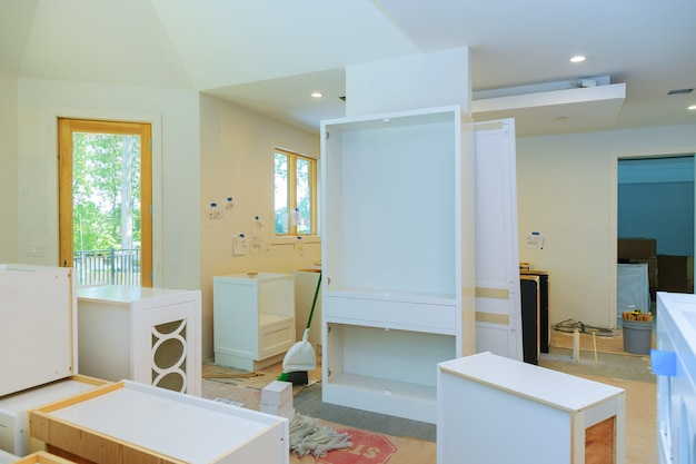 Mobili da cucina su misura in varie fasi di installazione