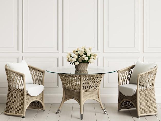 Mobili da giardino in interni classici. sedie in rattan, tavolo, vaso con rose