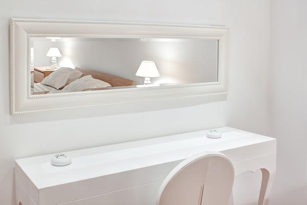 Mobili moderni la camera da letto. lo specchio, il letto, la sedia.