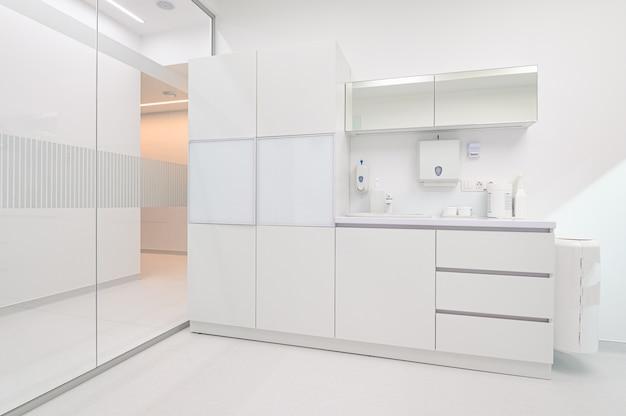 Mobilia medica bianca nell'ufficio di odontoiatria
