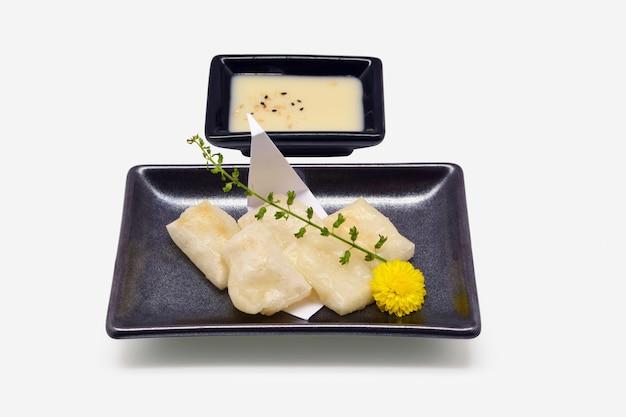 Mochi yaki (farina giapponese arrostita di mochi) in banda nera su fondo bianco