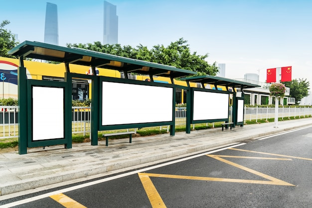Mock up billboard light box al display di via all'aperto bus shelter