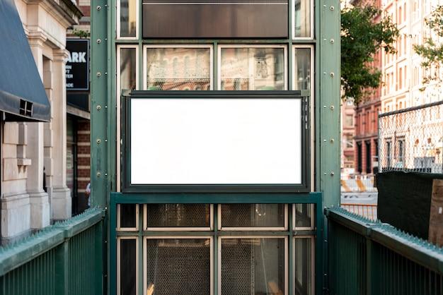 Mock-up cartellone sopra l'ingresso della metropolitana