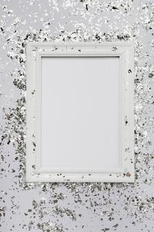 Mock-up cornice bianca con copia spazio e glitter