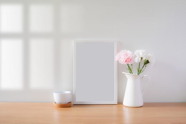 Mock up cornice foto protrait con fiori sul tavolo