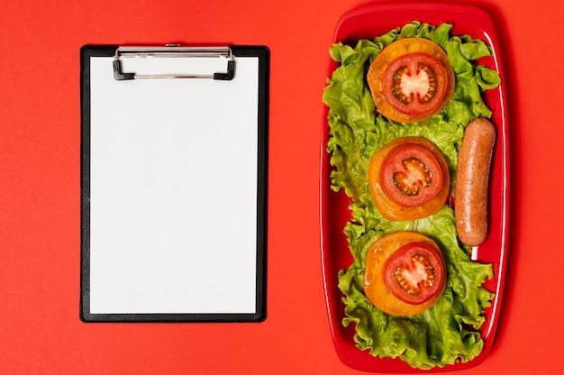 Mock-up di appunti con insalata sul lato