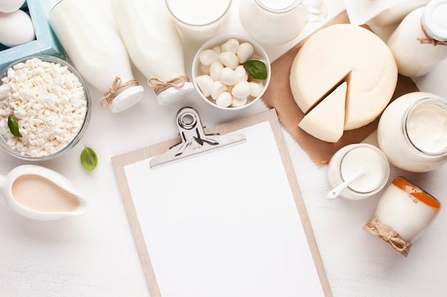 Mock-up di appunti e prodotti lattiero-caseari