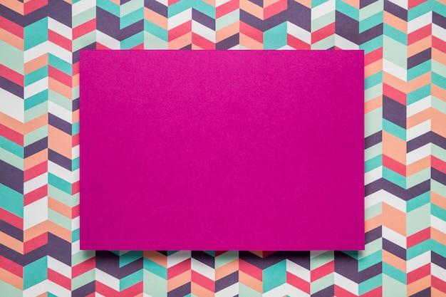 Mock-up di carta viola su sfondo colorato