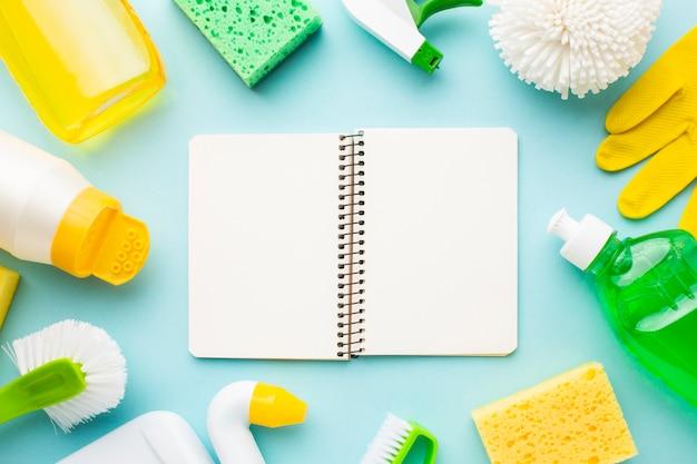 Mock-up di notebook con prodotti per la pulizia