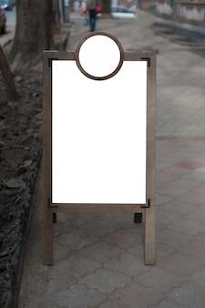 Mock up di stand di pubblicità esterna in legno. posto per testo, poster o informazioni pubbliche.