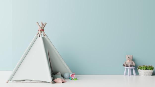 Mock up nella sala giochi per bambini con tenda e tavolo seduto bambola sulla parete blu vuota.