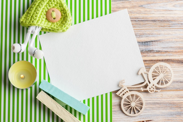 Mock-up, nota di carta vuota, gesso verde, auricolari